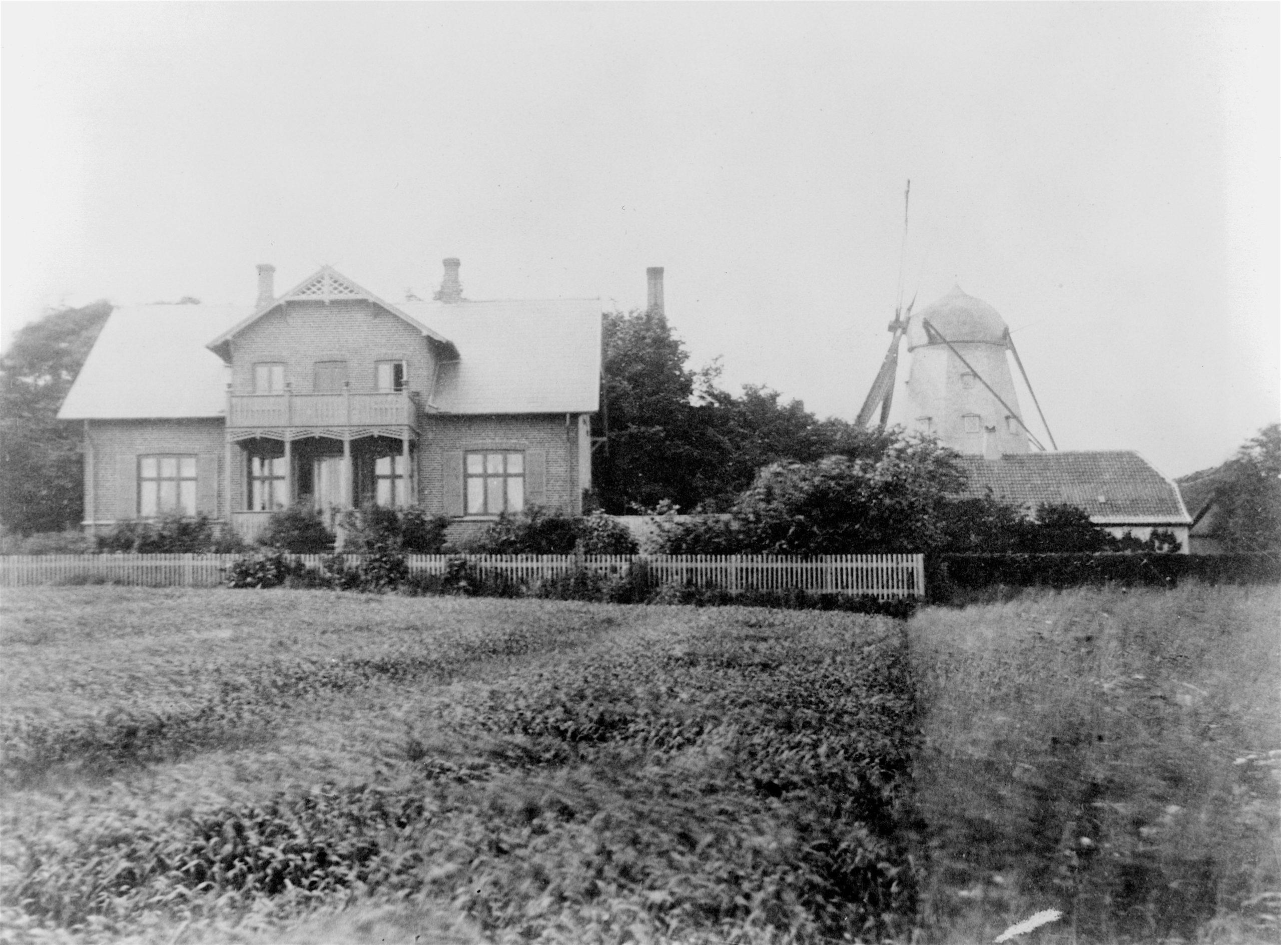 Møllerens bolig med mølle i baggrunden