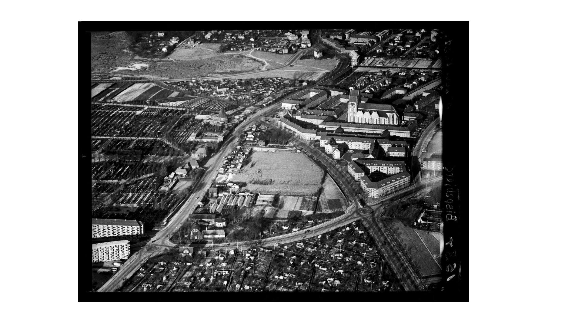 An aerial photo from 1949, showing the area of Grønningen before the park is built. Note the mass of small sheds south of the road. THis was non-insulated ten square meter sheds, that were sold and used as permanent housing. Photo: The Copenhagen Museum.